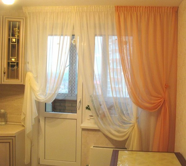шторы на кухню с балконной дверью на подхватах