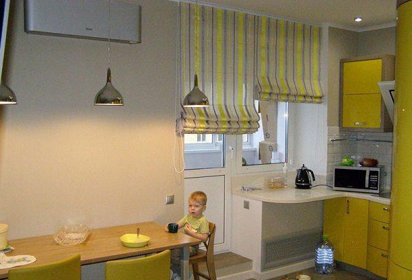 Римские шторы на кухню с балконной дверью