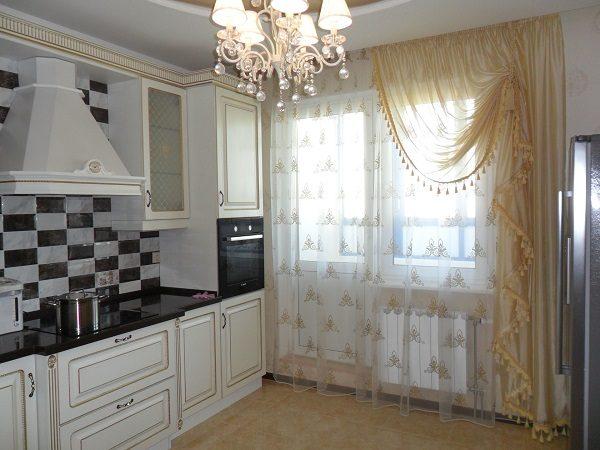 шторы на классическую кухню с балконной дверью