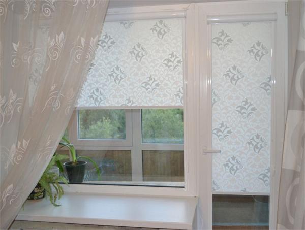 фото: рулонные шторы на кухню с балконной дверью