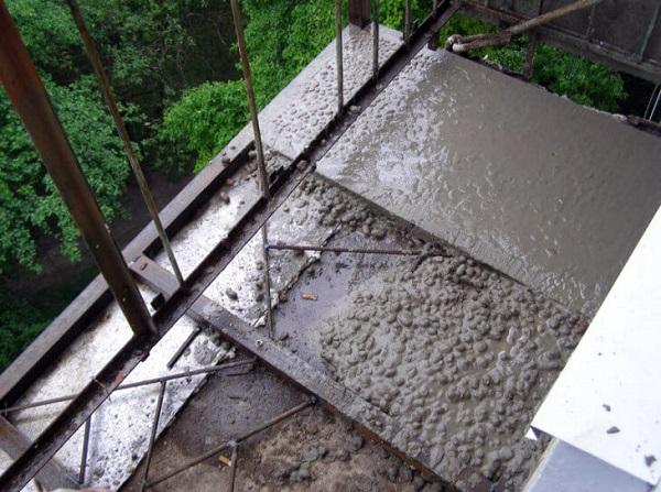 бетонная стяжка балконной плиты