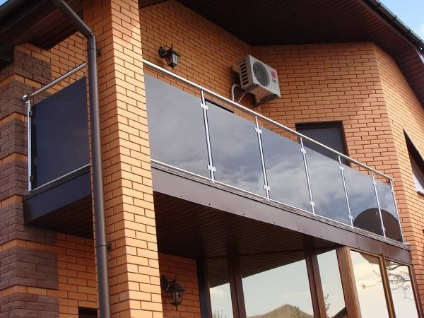 ограждение из стекла и прочного пластика на балкон