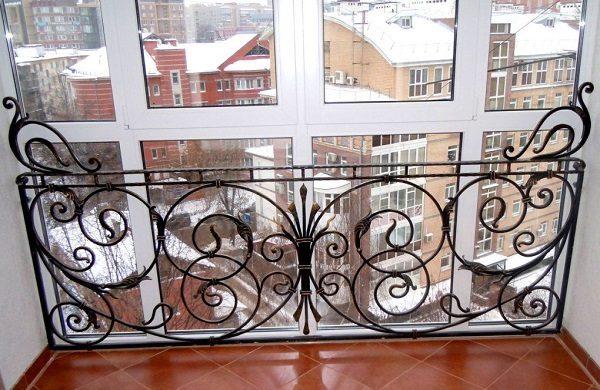 фото: кованые перила на панорамном балконе