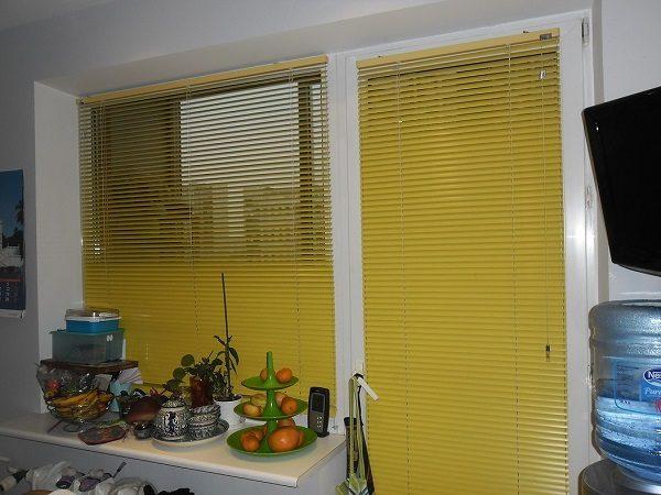 горизонтальные жалюзи на кухню с балконной дверью