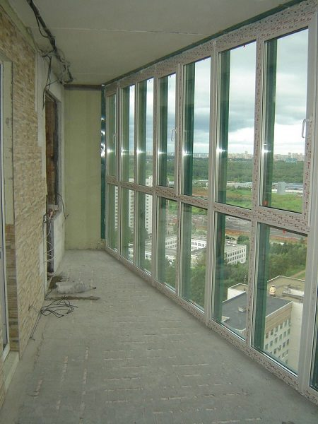 фото: стяжка на панорамном балконе