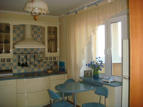 фото: короткие шторы на кухню с балконной дверью