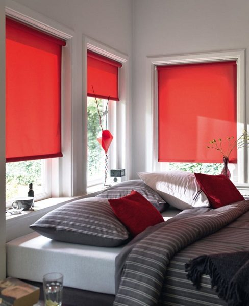 красные белыми рулонными шторами