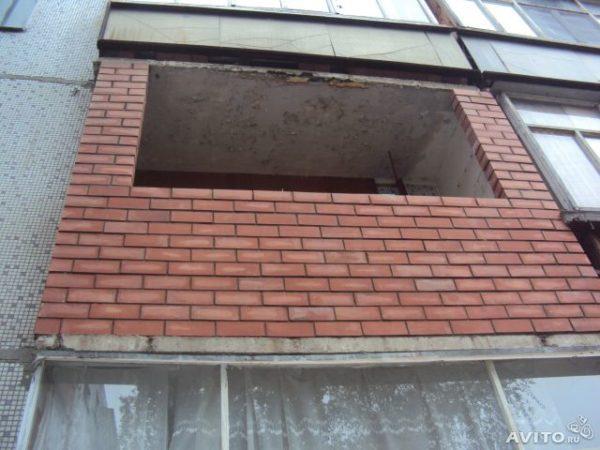 кирпичное ограждение балкона