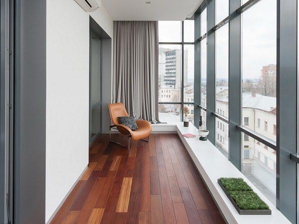дизайн панорамного балкона со светлыми стенами