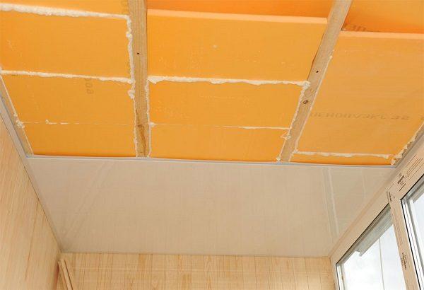 монтаж потолок из пластика на балконе