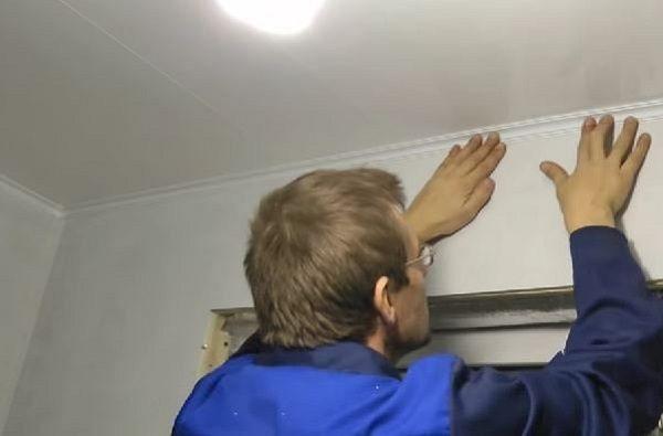 монтаж потолочного плинтуса на балконе