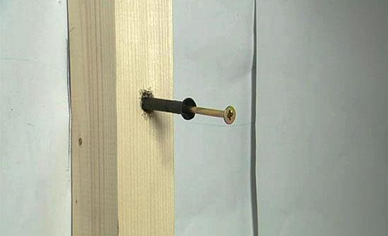 закрепляем бруски к стене дюбелями