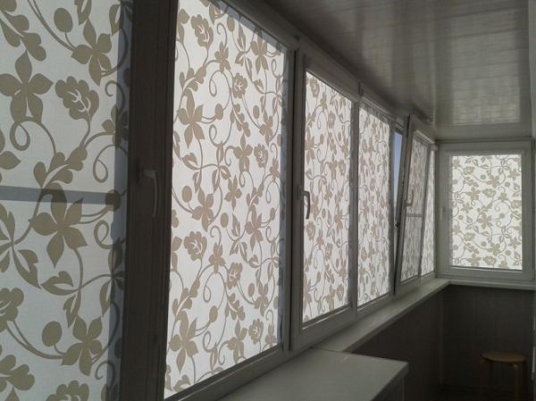 рулонные шторы с узорами на балкон
