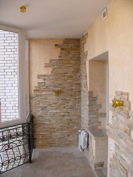 комбинирование декоративного камня и штукатурки на балконе