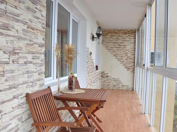 отделка декоративным камнем на панорамном балконе