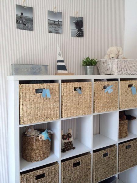 плетеные корзины в стеллаже