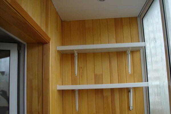 полки из пластиковых подоконников на балкон