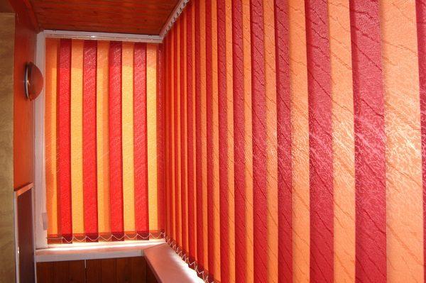оранжевые жалюзи на балкон
