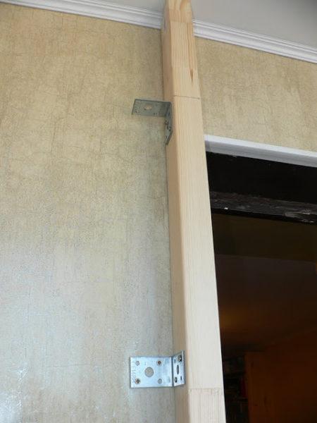 крепим брусья к стене балкона уголками