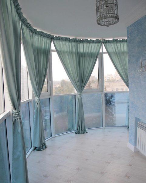 классические шторы на панорамный балкон