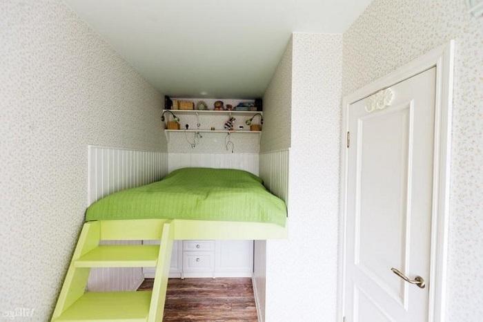 кровать и шкаф на балконе