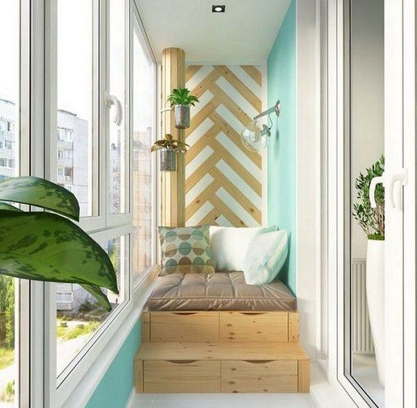 Кровать на ступенчатом подиуме со встроенными в него ящиками
