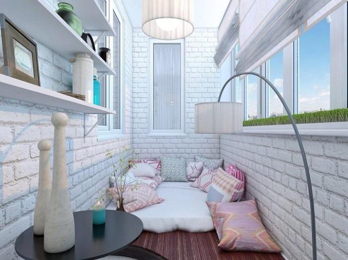 спальное место прямо на полу балкона