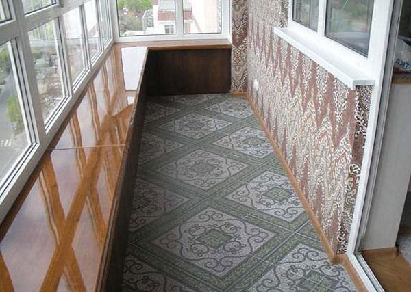 балкон отделан керамогранитной плиткой