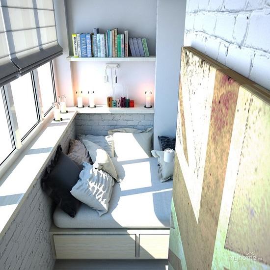 кровать между балконом и комнатой