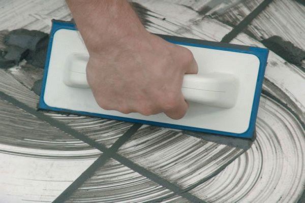 затирка швов плитки резиновым шпателем