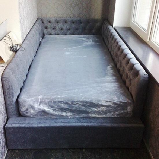 узкий диван кровать на балконе