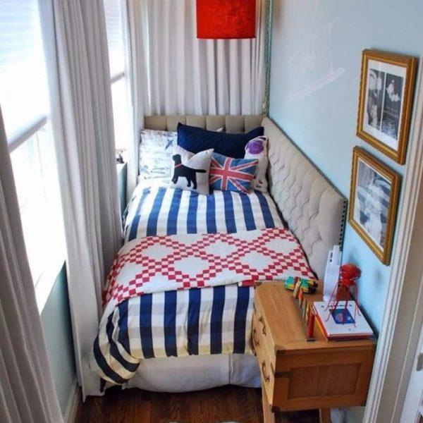кровать с мягким изголовьем на балконе