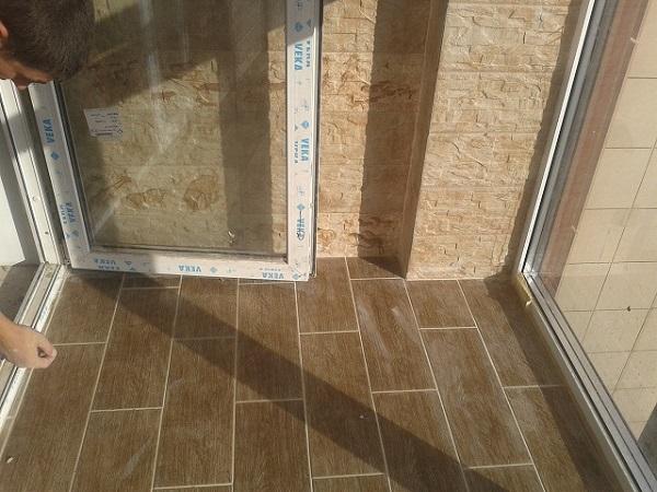 плитка в разбежку на балконе