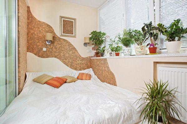 кровать с изгибами на балконе