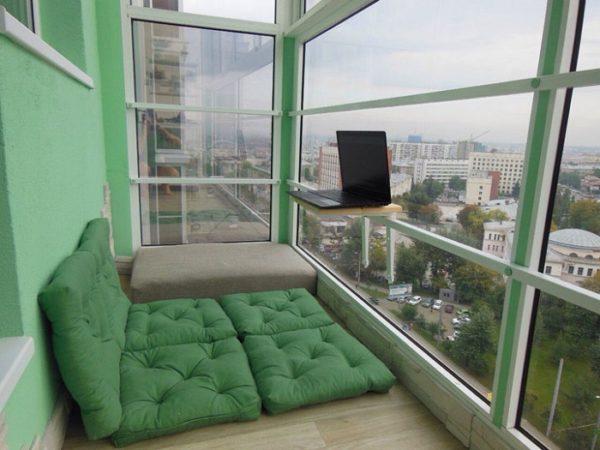лежак на панорамном балконе