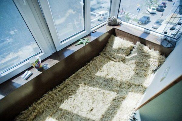 лежак на балконе