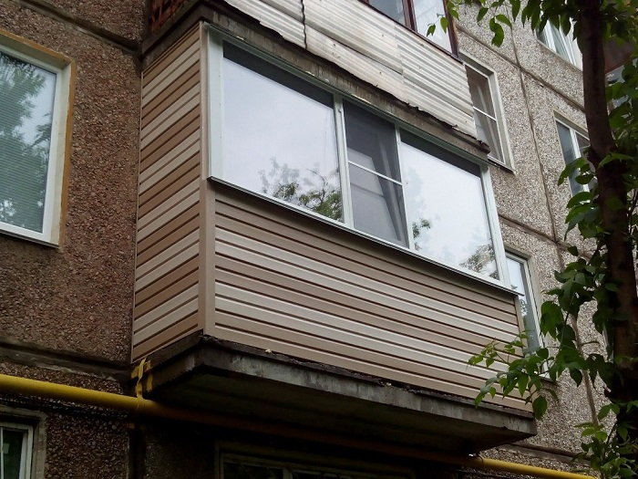двухцветный сайдинг балкон