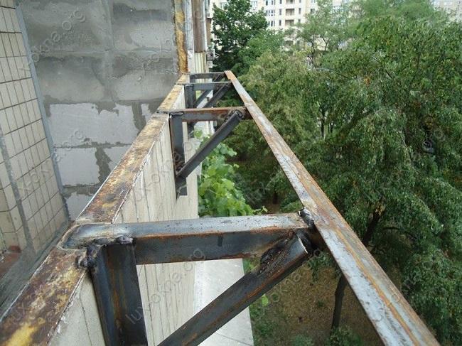 привариваем кронштейны на балкон с выносом