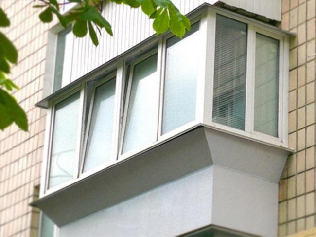 пластиковое остекление балкона с выносом