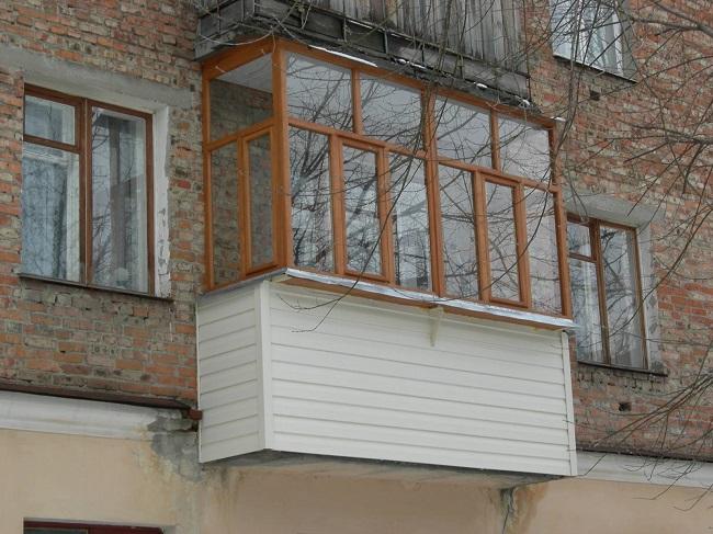 деревянные окна на балкон с выносом