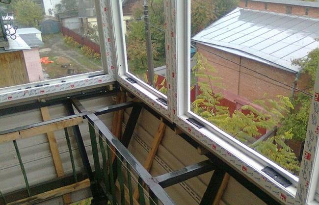 монтаж оконных рам на балкон с выносом