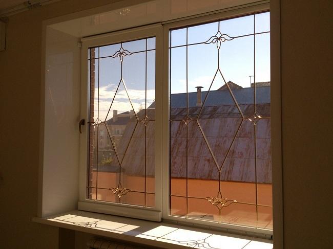 фото: Пластиковые окна с декоративной раскладкой в интерьере
