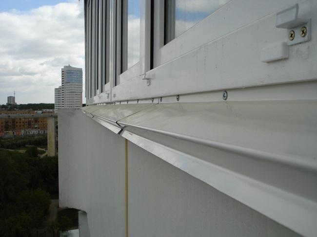 нижний отлив для балконной рамы