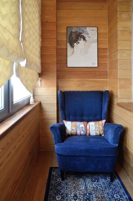 мягкое кресло на деревянном балконе