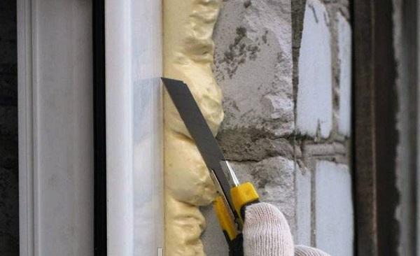 обрезка монтажной пены канцелярским ножом