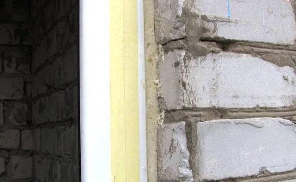 приклеиваем монтажный скотч снаружи окна