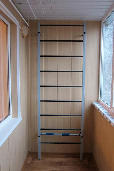 шведская стенка из лестницы на балконе