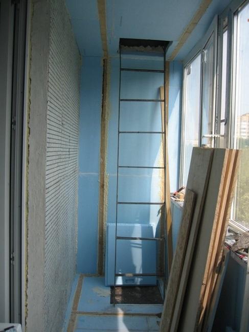 утепление балкона с пожарной лестницей и люком