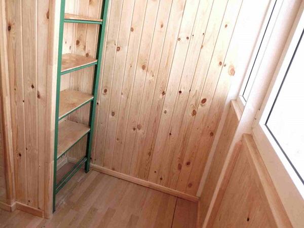 шкаф из пожарной лестницы и вагонки на балконе