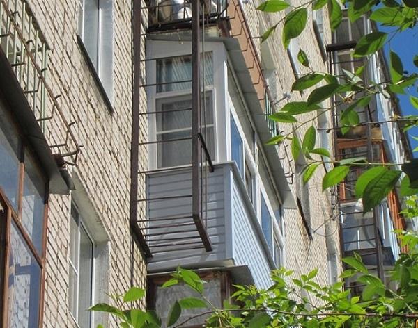 вынос балконной лестницы наружу